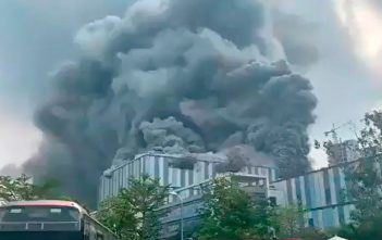 Gigantesco incendio afecta laboratorio de Huawei en China